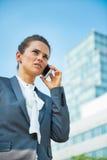 Biznesowej kobiety opowiada telefon komórkowy Fotografia Stock