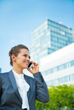 Biznesowej kobiety opowiada telefon komórkowy Fotografia Royalty Free