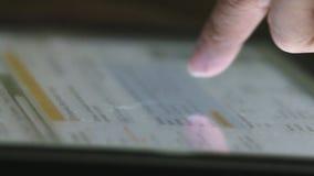 Biznesowej kobiety palca pastylki komputeru wzruszający ekran sensorowy zbiory wideo