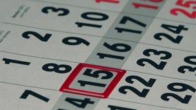 Biznesowej kobiety palca pchnięcia czerwony markier na kalendarzowej stronie zbiory