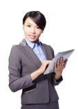 Biznesowej kobiety pastylki szczęśliwy używa pecet Zdjęcia Stock