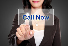 Biznesowej kobiety pchnięcie dzwonić teraz guzika na wirtualnym ekranie Zdjęcie Stock