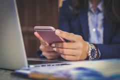 Biznesowej kobiety pisać na maszynie wiadomość na mądrze telefonie z bliska Fotografia Royalty Free