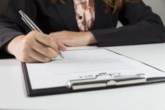 Biznesowej kobiety podpisywania kontrakta dokumentu forma Obrazy Royalty Free
