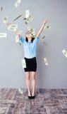 Biznesowej kobiety pozycja w deszczu dolarowi rachunki Fotografia Royalty Free