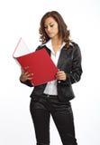 Biznesowej kobiety pozycja z kartoteki falcówką fotografia stock