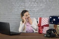 Biznesowej kobiety przechwałki kwota prezenty na telefonie obrazy stock