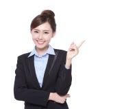 Biznesowej kobiety przedstawienie coś zdjęcie stock