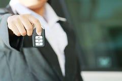 Biznesowej kobiety przedstawienie daleki samochodu klucz Zdjęcie Stock