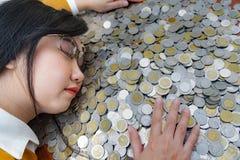 Biznesowej kobiety ręki chronienie Z Brogującą udział monetą, portret piękne szczęśliwe młodych dam ręki Podnosi w górę pieniądze zdjęcia royalty free