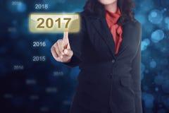 Biznesowej kobiety ręka dotyka 2017 ikony liczbę Obrazy Royalty Free