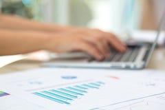 Biznesowej kobiety ręka pisać na maszynie na laptop klawiaturze obraz royalty free