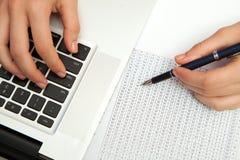 Biznesowej kobiety ręka pisać na maszynie na laptop klawiaturze Zdjęcie Stock
