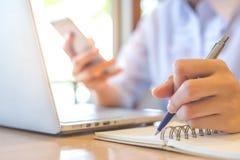Biznesowej kobiety ręka pisze na notepad obraz stock