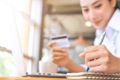 Biznesowej kobiety ręka pisze na notepad z holdi i piórem zdjęcie stock