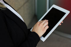Biznesowej kobiety ręka z pastylka komputerem Zdjęcie Stock