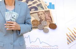 Biznesowej kobiety ręki mienia Amerykańska dolarowa waluta dalej Obrazy Royalty Free