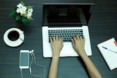 Biznesowej kobiety ręka na notebooku i telefonie komórkowym Zdjęcia Royalty Free