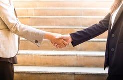 Biznesowej kobiety ręki chwianie z partnerem biznesowym Obraz Stock