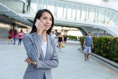 Biznesowej kobiety rozmowa telefon komórkowy Obraz Stock