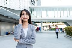 Biznesowej kobiety rozmowa telefon komórkowy przy plenerowym Fotografia Stock