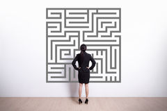 Biznesowej kobiety spojrzenia labirynt obraz stock