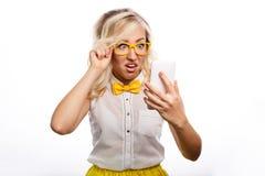 Biznesowej kobiety spojrzenia przy telefonem w niespodziance Obraz Royalty Free