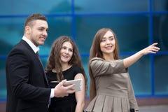 Biznesowej kobiety spotkanie z klientami lub partnerami na ulicie Obrazy Royalty Free