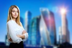Biznesowej kobiety stojaki nad pejzażu miejskiego tłem zdjęcie royalty free