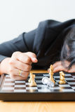 Biznesowej kobiety twarzy puszek na stołowej przegrywającej grą z ches Fotografia Stock
