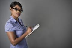 Biznesowej kobiety Ufny stojak z schowkiem Zdjęcia Stock