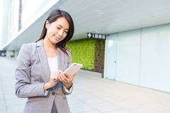 Biznesowej kobiety use telefon komórkowy Fotografia Royalty Free