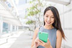 Biznesowej kobiety use telefon komórkowy Fotografia Stock