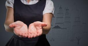 Biznesowej kobiety w połowie sekcja z rękami out przeciw popielatemu tłu z miasta doodle Fotografia Stock