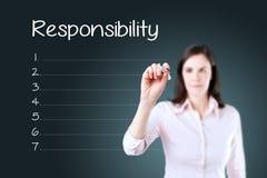 Biznesowej kobiety writing odpowiedzialności lista w pustym miejscu niebieska tła Fotografia Royalty Free