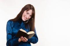 Biznesowej kobiety writing w notatniku na telefonie Zdjęcia Stock