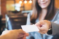 Biznesowej kobiety wymiany wizytówka z biznesowym mężczyzna Obrazy Stock