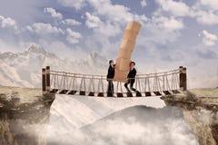 Biznesowej pracy zespołowej przecinający most Zdjęcia Royalty Free