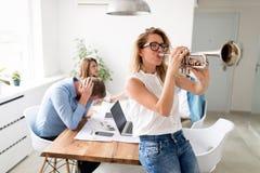 Biznesowej przerwy spoczynkowy i weekendowy pojęcie z godzin pracujących kończyć obrazy royalty free