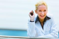 biznesowej ręki mobilna uśmiechnięta kobieta Obraz Stock