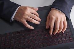Biznesowej ręki pisać na maszynie klawiatura laptop Fotografia Stock