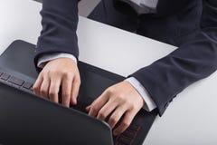 Biznesowej ręki pisać na maszynie klawiatura laptop Fotografia Royalty Free