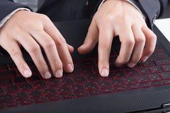 Biznesowej ręki pisać na maszynie klawiatura laptop Obrazy Stock