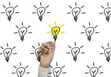 Biznesowej ręki rysunkowy lightbulb pojęcie pomysł lub inspiracja Obraz Royalty Free