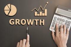 Biznesowej ręki wybiórki Wzrostowy słowo na drewnianym pojęcie finanse Obrazy Stock
