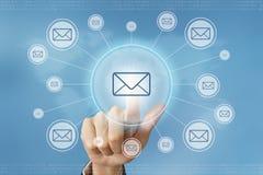 Biznesowej ręki prasy e-mailowy guzik Obrazy Stock