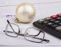 Biznesowi boże narodzenia piłki, kalkulator, Zdjęcie Royalty Free