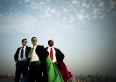 Biznesowi bohaterzy przy miasto linią horyzontu obraz royalty free