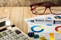 Biznesowi cele finansowi i inwestorski pojęcie z mapami i wykresami na drewnianej desce Obrazy Stock