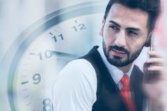 Biznesowi czasy kontaktowi i komunikacyjny biznesmen na dzwonić z zegarową narzutą zdjęcia royalty free